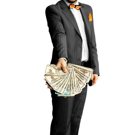 Photo pour Un type en costume élégant avec un paquet d'argent dans les mains. Concept d'entreprise - image libre de droit