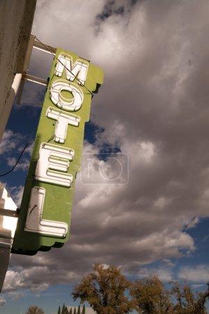 leuchtreklame motel klar blauer himmel geblaehten