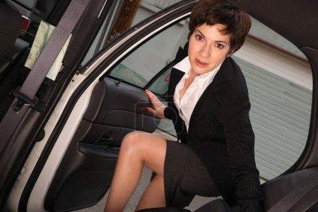 Photo pour Une femme d'affaires prend un taxi pour travailler dans sa veste - image libre de droit
