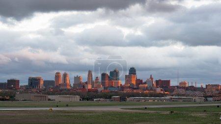 Photo pour Une vue rare du centre-ville de Kansas City s'illumine pendant un instant au soleil couchant - image libre de droit