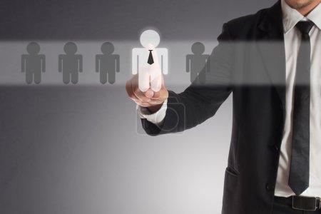Photo pour Homme d'affaires choisir le bon partenaire parmi de nombreux candidats - image libre de droit