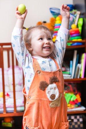 Photo pour Petite fille mignonne aux yeux bleus au lit, à la maison. Utilisez-le pour bébé, parental ou concept d'amour - image libre de droit