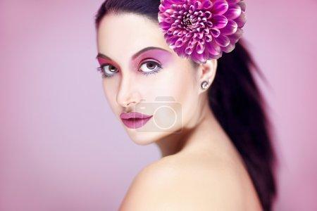 Photo pour Belle jeune femme avec un maquillage parfait en rose - image libre de droit