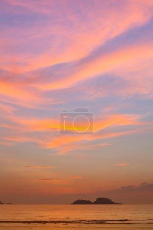 Photo pour Beau ciel après coucher du soleil sur la mer. - image libre de droit