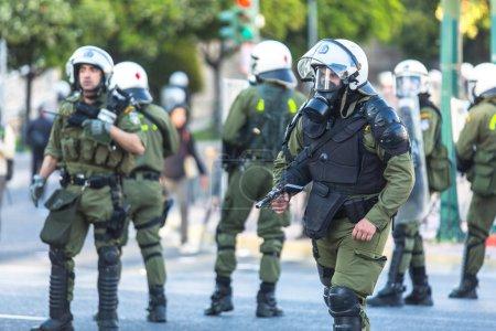 Photo pour ATHÈNES, GRÈCE - 16 avril 2015 : La police anti-émeute avec ses boucliers se met à l'abri lors d'un rassemblement devant l'Université d'Athènes, occupée par des groupes de manifestants de gauche et anarchistes . - image libre de droit