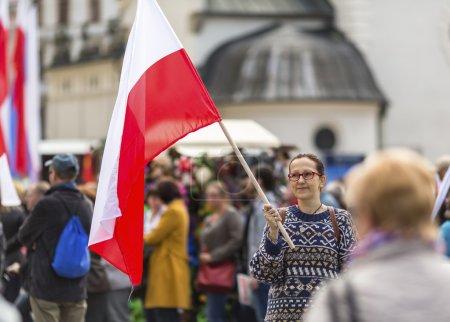 junge Frau mit der polnischen Fahne