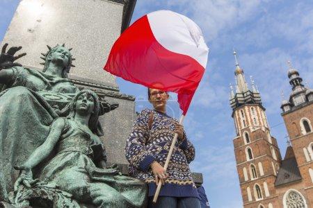 Frau mit der polnischen Fahne