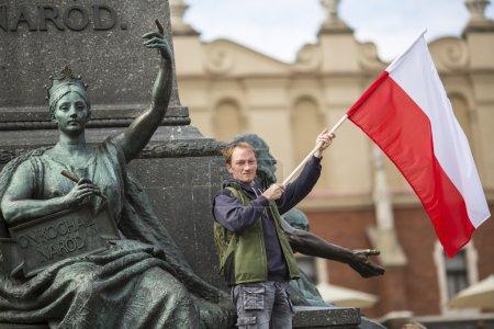 Junger Mann mit der polnischen Fahne