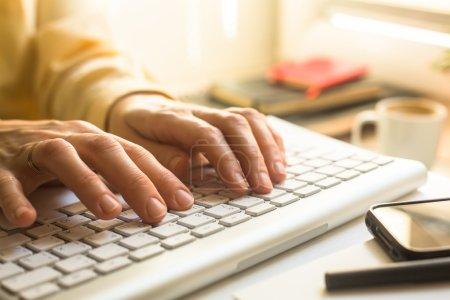 Photo pour Mains féminines, taper sur un clavier. - image libre de droit