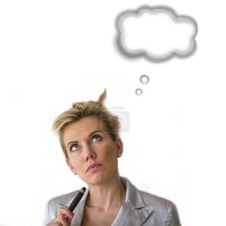 Photo pour La femme d'affaires avec le crayon regarde vers le haut (avec des bulles de pensée au-dessus de sa tête). Espace pour le texte, d'isolement sur le fond blanc. - image libre de droit