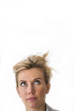 Photo pour La belle femme blonde regarde vers le haut. Espace pour le texte, d'isolement sur le fond blanc. - image libre de droit