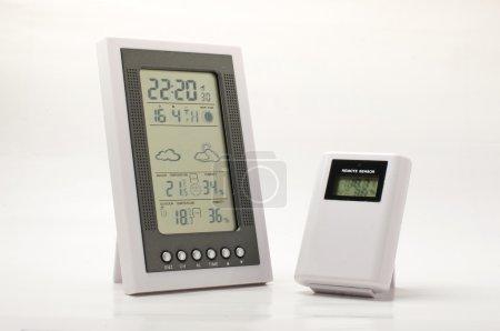 Photo pour Station de prévision météorologique avec capteur sans fil pour les mesures de température et d'humidité à la maison et à l'extérieur - image libre de droit