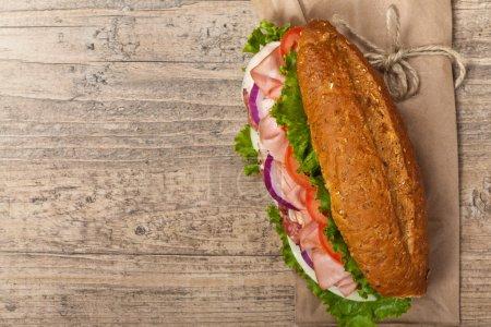 Photo pour Maison sous italienne sandwich avec salami, tomates et laitue. mise au point sélective. - image libre de droit