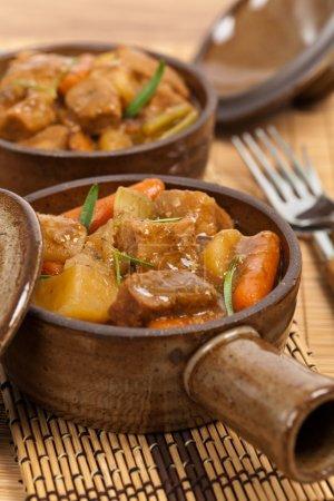 Photo pour Ragoût de porc à cuisson lente. Concentration sélective . - image libre de droit