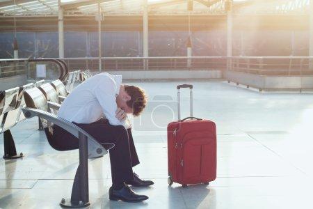 Photo pour Problème de transport, retard de vol, passager déprimé avec ses bagages - image libre de droit