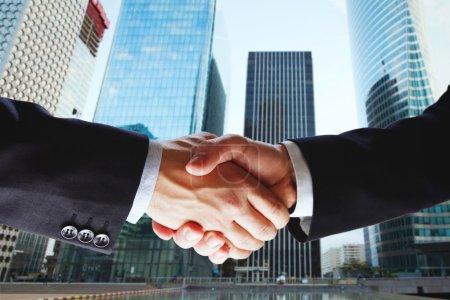 Photo pour Partenariat, coopération de deux entreprises, accord de deux hommes d'affaires - image libre de droit