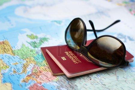 Photo pour Concept de voyage, deux passeports sur la carte de l'Europe - image libre de droit