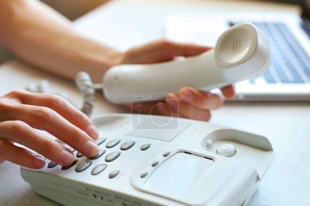 Photo pour Les mains tenant le téléphone. nous contacter - image libre de droit