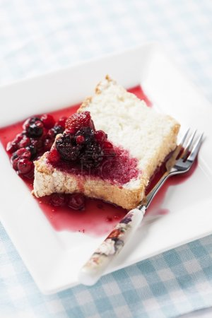 Angel food cake with sweet berry sauce