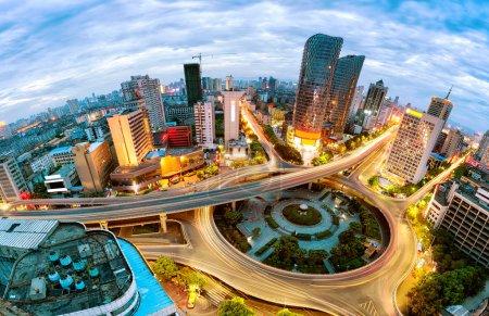 Foto de Ciudad moderna, un paso elevado ocupado - Imagen libre de derechos