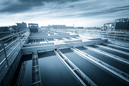Photo pour Usine de traitement des eaux usées urbaines modernes. - image libre de droit