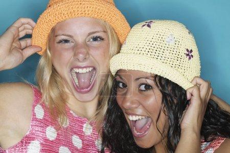 deux jeunes femmes riant