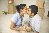 Indický pár líbání v novém domě