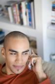 Africký Americký muž, mluvil na telefonu