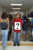 Diák tartja kérdőjel jele