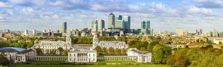 Photo pour Londres panorama National Maritime Museum et gratte-ciels de Canary Wharf de Greenwich park - image libre de droit