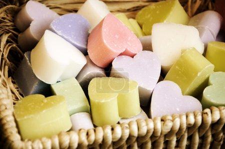 Photo pour Collection de coeur en forme de savons dans le panier en osier. - image libre de droit