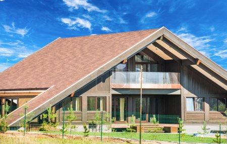 Photo pour Toit à gâtisme privé résidentiel nouvelle maison moderne avec une fenêtre - image libre de droit