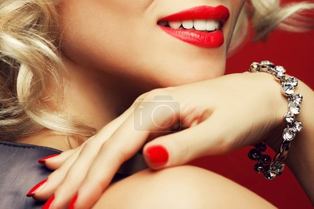 Photo for Girl's best friends and femme fatale concept. Marilyn Monroe style. Close up portrait of rich young woman smiling wearing expensive luxurious diamond bracelet. Studio shot - Royalty Free Image