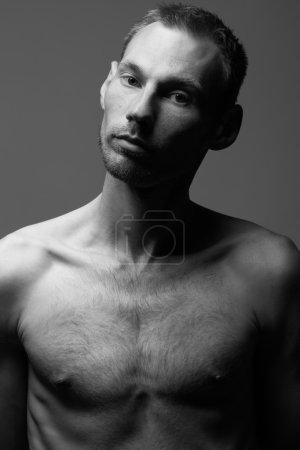 Photo pour Véritable concept naturel de beauté masculine.Gros plan portrait d'un bel homme charismatique posant sur fond gris aux couleurs noir et blanc. Style classique. Studio noir et blanc tourné - image libre de droit