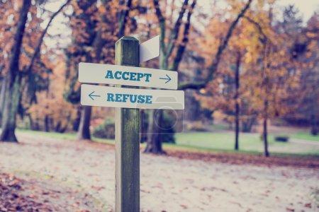Photo pour Panneau rural avec deux panneaux indiquant - Accepter - Refuser - pointant dans des directions opposées avec un effet de filtre de style vintage . - image libre de droit