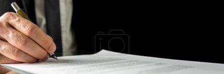 Photo pour Homme d'affaires signant un document ou un contrat dans le bureau, fermer le format de la bannière horizontale de sa main et la paperasserie avec un espace de copie . - image libre de droit