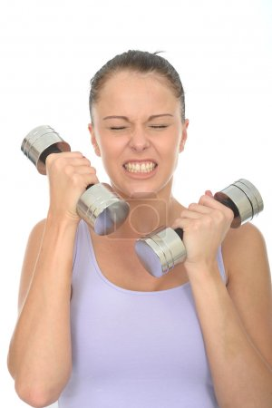 Photo pour Jeune femme en bonne santé serrant ses dents formation avec des poids regardant tendu ou stressé - image libre de droit