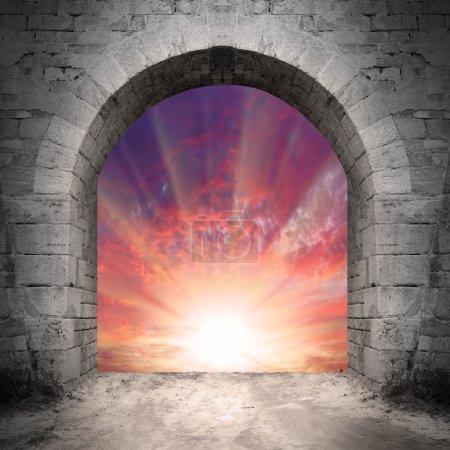 Foto de Camino al cielo. Concepto de resurrección, sepulcro vacío. - Imagen libre de derechos
