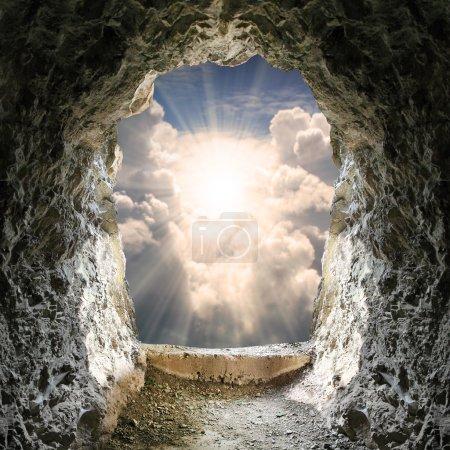 Foto de Luz al final del túnel y cielo dramático - Imagen libre de derechos