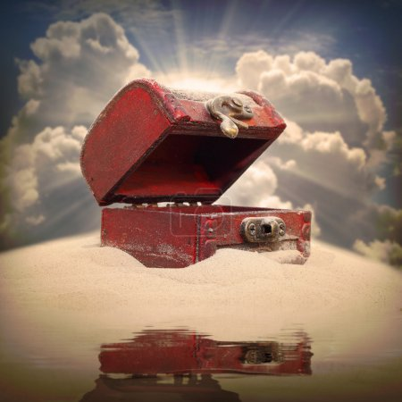 Photo pour Empty treasure chest on a deserted island. - image libre de droit