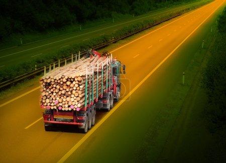 Photo pour Camion bûcheron sur l'autoroute . - image libre de droit