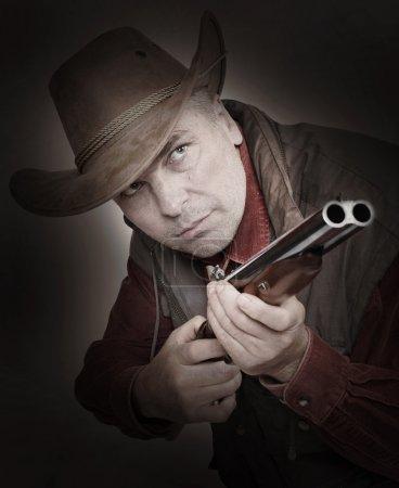 Photo pour Cowboy avec l'arme visant à vous. Notion de contrôle des armes. - image libre de droit