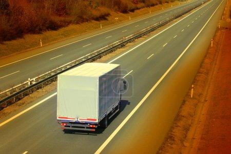 Photo pour Camion blanc sur l'autoroute. Photo de style rétro . - image libre de droit