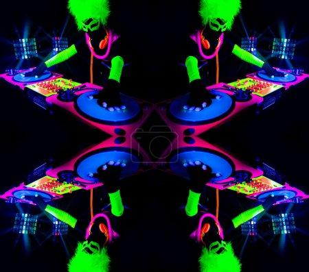 Photo pour Sexy femme Dj mixes dans un club en costume fluorescent Uv - image libre de droit