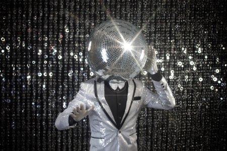 Photo pour M. Discoball. un personnage disco club super cool contre backgroun scintillant - image libre de droit