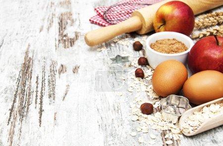 Photo pour Ingrédients de cuisson - avoine, œufs, noix sur fond de bois - image libre de droit