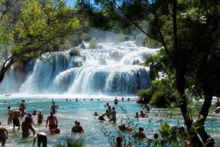 touristes, baignade dans les cascades de parc national de krka, Croatie