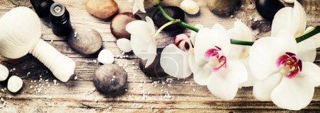 Photo pour Réglage de spa avec des orchidées blanches, herbes massage ball et huile essentielle. Concept de bien-être - image libre de droit