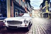 Retro autó a régi város utca