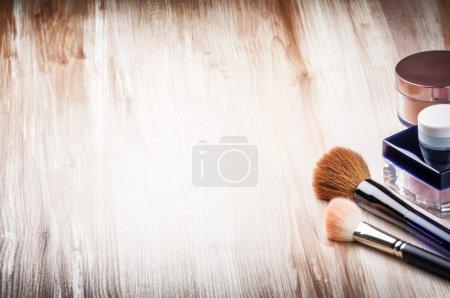 Photo pour Brosses de maquillage et poudre pour le visage avec copyspace - image libre de droit